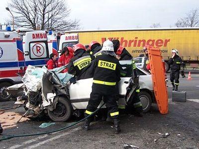 Strażacy wyciągają rannych z auta