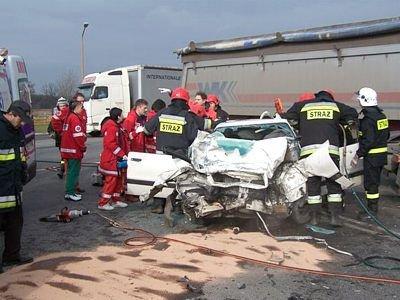 Strażacy i sanitariusze wyciągają rannych z auta