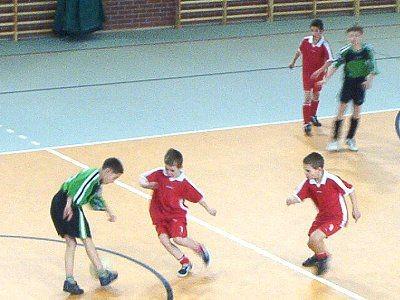 Młodzi piłkarze w hali sportowej