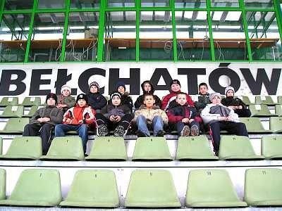 Piłkarze z Bolesławca na widowni stadionu w Bełchatowie
