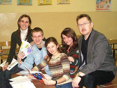 Młodzież z II LO i Mirosław Sakowski