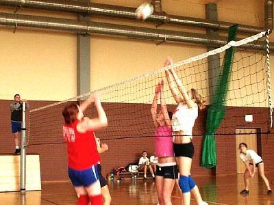 Dziewczęta grają w siatkówkę