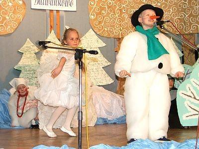 Dziewczynka i chłopiec na scenie