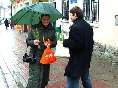 Daniel Biernat i kobieta z tulipanem
