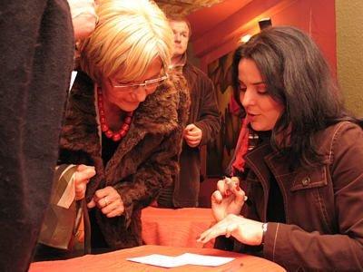 Bożena Stachura składa autograf na fotografii