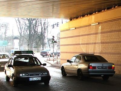 Samochody pod wiaduktem