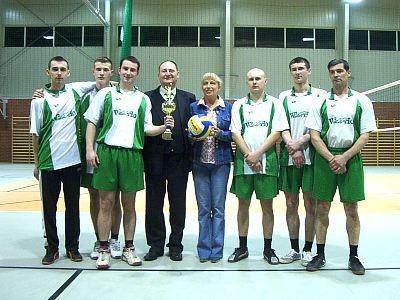 Siatkarze oraz wójtowie gmin Gromadka i Chojnów