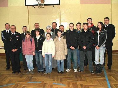 Laureaci i organizatorzy turnieju wiedzy pożarniczej