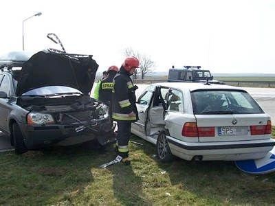 Strażacy między autami po wypadku