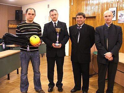 Bramkarz zwycięskiej drużyny Zehnder oraz organizatorzy rozgrywek