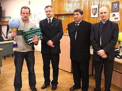 Bramkarz drużyny Car-Bon (II miejsce) oraz organizatorzy rozgrywek