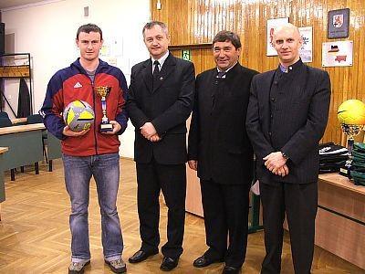 Piłkarz zepołu Provita-Rolpol (III miejsce) i organizatorzy rozgrywek