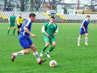 Marcin Ciliński i piłkarz gości