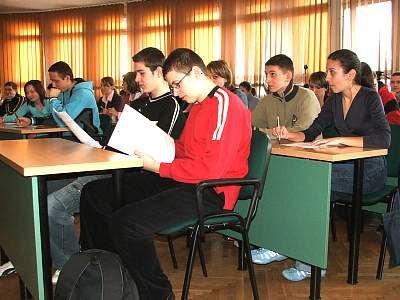 Uczniowie sprawdzają testy