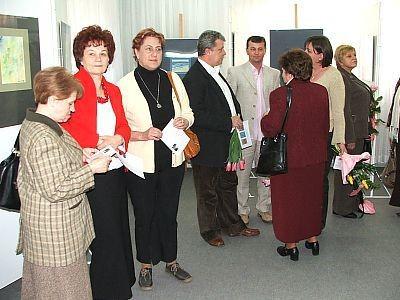 Ludzie w sali wystawowej