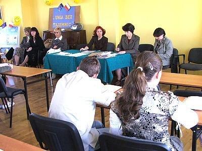 Młodzi ludzie i komisja konkursowa