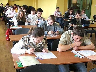 Młodzież rozwiązuje testy