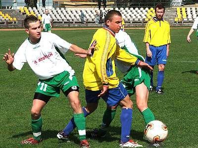Damian Hebda walczy o piłkę