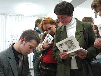 Jacek Dehnel podpisuje książki