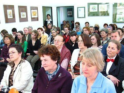 Ludzie w Galerii Format Miejskiem Biblioteki Publicznej na spotkaniu z Jackiem Dehnelem