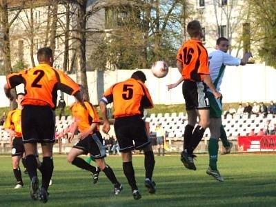 Tomasz Krzywonos walczy o piłkę