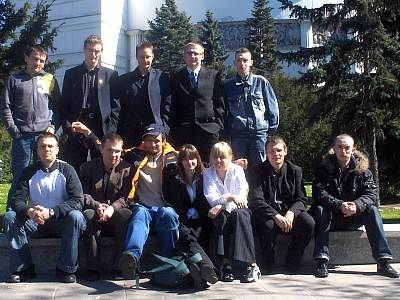 Młodzi bolesławianie przed budynkiem Sejmu