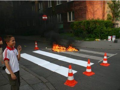 Płonąca farba na przejściu dla pieszych