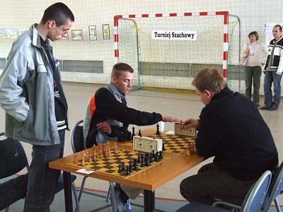 Mężczyźni grają w szachy