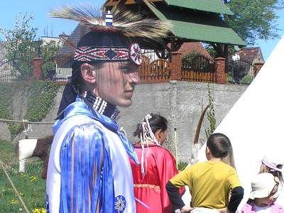 Mężczyzna w stroju indianina