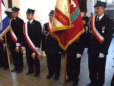 Strażacy ze sztandarami