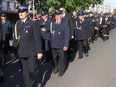 Strażacy idą ulicą Asnyka