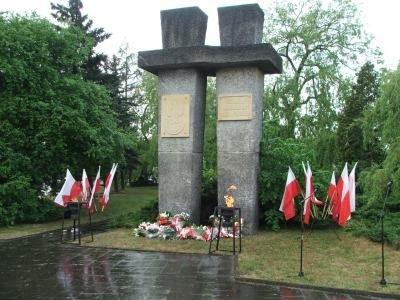 Kwiaty pod pomnikiem ku czci żołnierzy II Armii Wojska Polskiego
