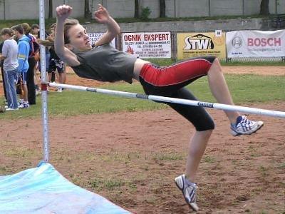Dziewczyna skacze wzwyż