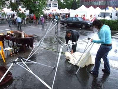 Ludzie składają połamany namiot