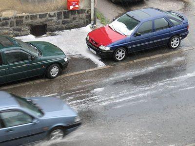 Grad i samochody na ul. Staroszkolnej