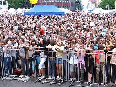 Ludzie przed sceną na placu Piłsudskiego