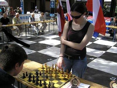Jolanta Zawadzka przy stoliku z szachownicą