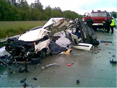 Wrak auta po wypadku na austostradzie