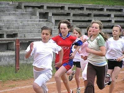 Dziewczęta biegną po bieżni