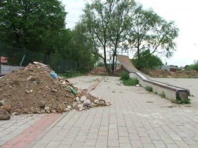 Hałda ziemi w bolesławieckim skateparku