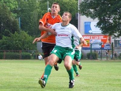 Marek Kumoś walczy o piłkę