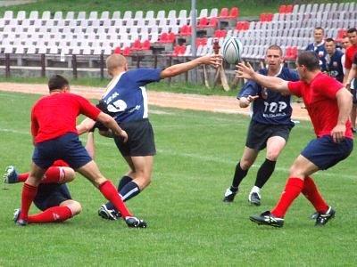 Zawodnicy TOP Husar walczą o piłkę