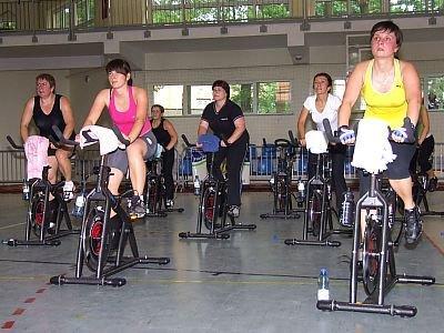 Kobiety na rowerach stacjonarnych