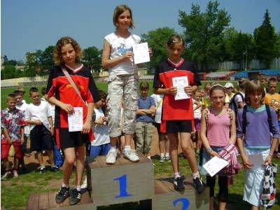 Dziewczyny stoją na podium