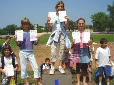 Najlepsze młode lekkoatletki stoją na podium