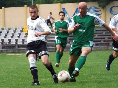 Paweł Rissmann walczy o piłkę