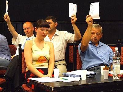 Członkowie Zarządu BKS w czasie głosowania