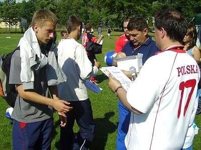 Jarosław Molenda wręcza dyplom zawodnikowi