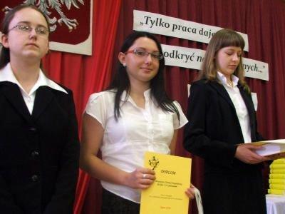 Agata Grela (w środku) i laureatki turnieju ortograficznego