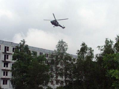 Śmigłowiec kołuje nad zniszczonym budynkiem